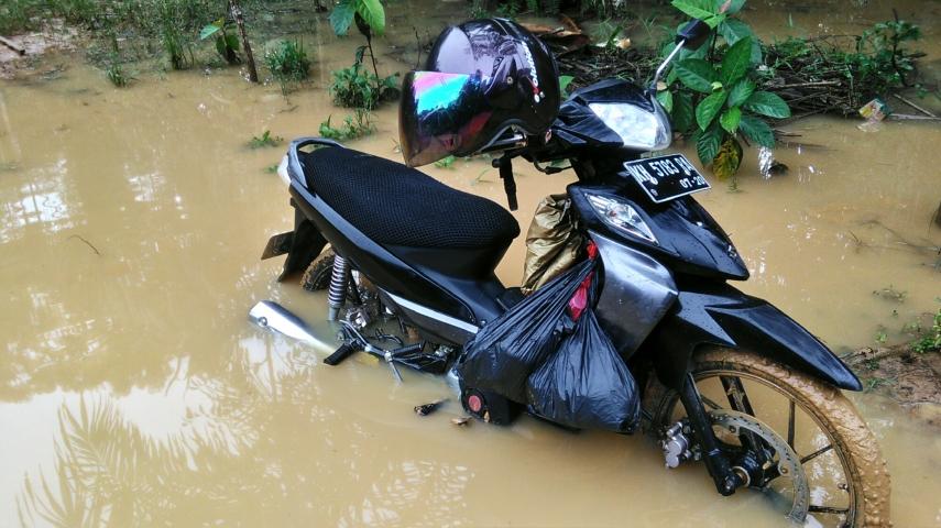 Sepeda motorku terjebak di salah satu jalan yang banjir di desa Kinipan